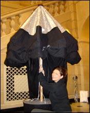 Une personne ouvre le parasol à histoires.