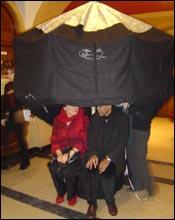 Deux visiteurs sous le parasol à histoires.