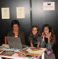 Des enfants participent à l'atelier livres audio