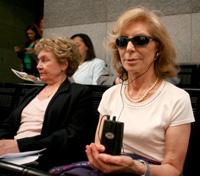 Une personne aveugle portant le casque audio