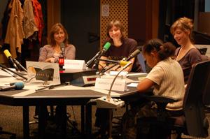 Kéthévane Davrichewy, Aurélie Kieffer, Raphaele Moussafir et une jeune fille du public lisant un texte