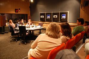 Le public et les auteurs dans un studio de Radio France