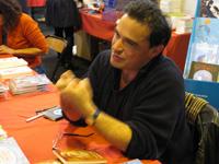Hubert Ben Kemoun sur le stand de Lire dans le noir au salon du livre de Colmar