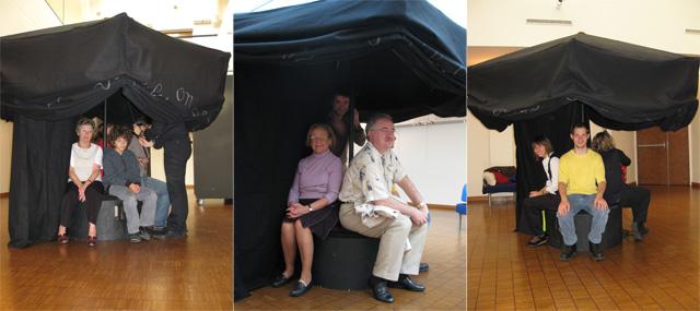 Des habitants d'Enghien sous le parasol à histoires