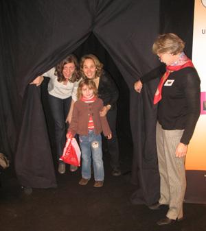 """Des participants sortent du """"salon de lecture sonore"""" à Colmar"""