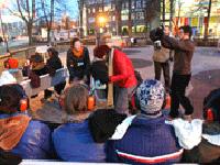 Le public écoute le son en pleine rue / DR.