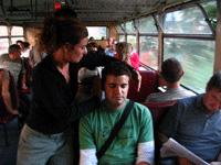 Une animatrice place le casque d'un spectateur assis dans le train / DR.