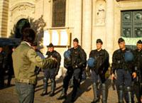 Photo de Félix Libris face aux CRS devant la Sorbonne en 2007