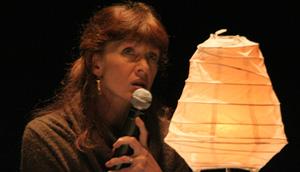 Nancy Houston lit son texte sur scène