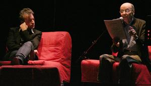 Eric Reinhardt et un comédien sur les fauteuils rouge de la scène