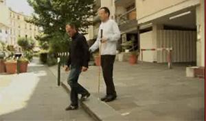 extrait du film : comment aider à descendre une marche