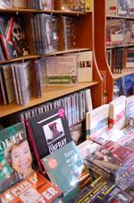 Des livres audio dans une librairie spécialisée