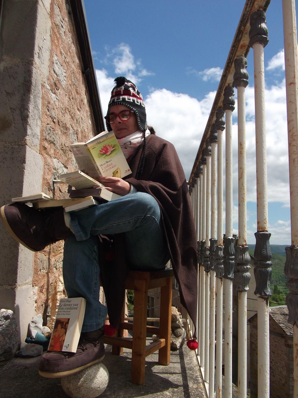 Sandrine Grillet en train de lire