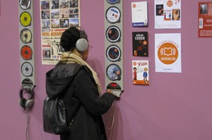 Borne d'écoute contre un mur du stand consacré aux livres audio