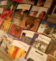 Une étagère de livres audio en librairie spécialisée